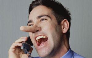 電話しながら嘘をつく男性詐欺師