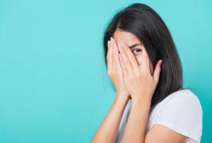 顔を隠す女性(恥ずかしい)