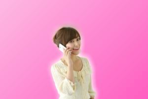 スマホで電話(音声通話)する女性