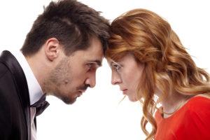 額を付けて睨み合って喧嘩する男女(カップル)