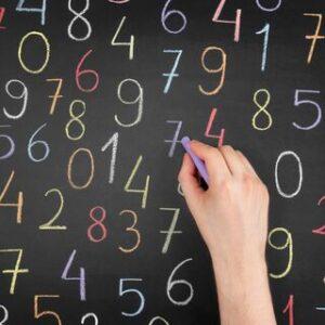 黒板に数字を書く様子