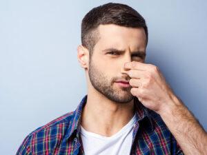 鼻をつまむ男性(臭い)