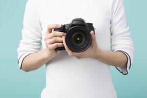 一眼レフカメラを持つプロカメラマン